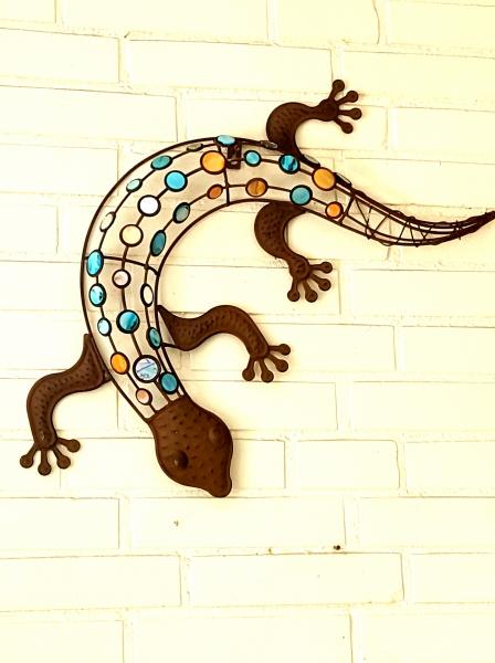 Haus und garten schmuck wanddeko gecko mit farbigen dekorsteinen aus metall rost optik - Gecko wanddeko ...